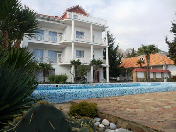 Дом с бассейном в Ливадии