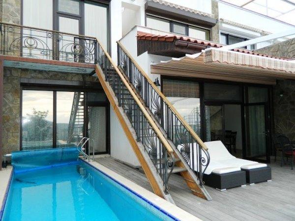 Апартаменты с бассейном в Гурзуфе