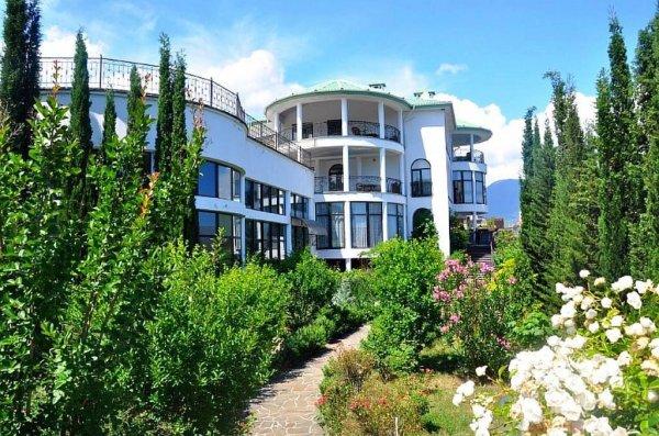 Вилла с крытым бассейном в Ливадии